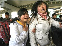 Two distressed passengers at Guangzhou railway station on 3 February 2008