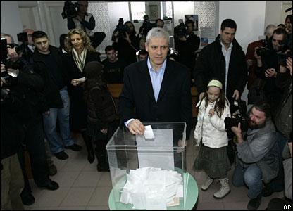 Serbian President Boris Tadic casts his ballot at a polling station 3 February 2008