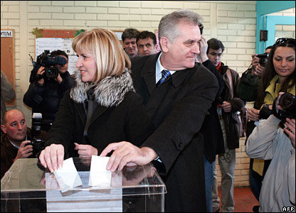Serbian ultranationalist Radical Party acting leader Tomislav Nikolic and his wife Dragica cast their votes at a Belgrade polling station, 3 February 2008