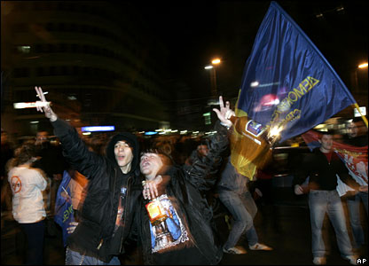 Tadic supporters celebrate on the streets of Belgrade, 3 February 2008
