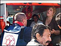 Socorristas evacuan a una mujer conmocionada por el atentado en Dimona