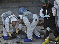 Especialistas en explosivos revisan el cuerpo de uno de los atacantes en Dimona