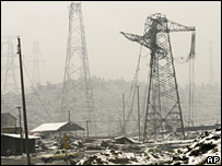 Electricity pylons damaged by heavy snow in Chenzhou in China's southern Hunan province (05/02/2008)