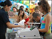 Personas compran v�veres en una tienda en Cuba. Foto: Raquel P�rez