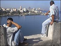 J�venes cubanos miran hacia el horizonte. Foto: Raquel P�rez