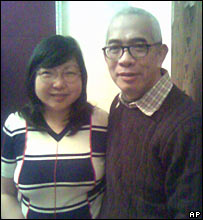 Ching Cheong poses with his wife, Mary Lau, in Hong Kong after his release (05/02/2008)