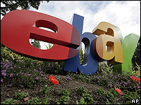 Logo de eBay frente a la casa central en California