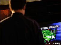 Persona viendo el proceso electoral en la TV.
