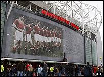 Afiche gigante a la entrada de Old Trafford