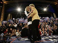 Hillary Clinton abraza a su hija Chelsea en la fiesta en Nueva York el 5 de febrero