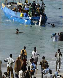 A boat of migrants leaving a beach near Bossaso (Archive)