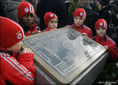 Young players from Bayern Munich stand at the memorial in Munich 