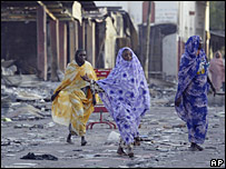 Mujeres chadianas caminan entre los escombros de un mercado