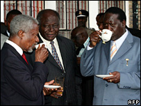 Kofi Annan (L), Mwai Kibaki (C) and Raila Odinga (R) in Nairobi