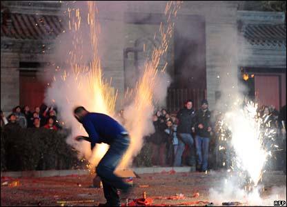 Firecrackers explode in Beijing (07/02/2008)