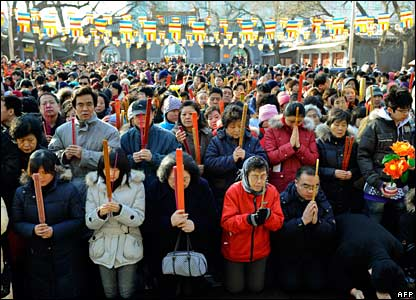 Crowds of people pray at a temple in Beijing, China (07/02/2008)