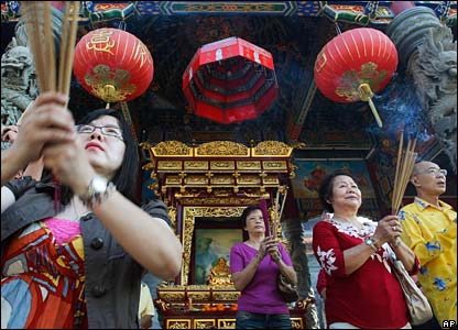 Malaysian ethnic Chinese offer prayers at a temple in Kuala Lumpur (07/02/2008)
