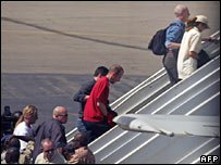 Aid workers boarding plane back to France from N'Djamena 28-12-2007