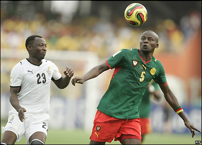 Thimothee Atouba comes under pressure from Haminu Dramani
