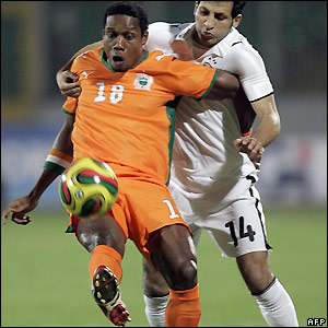 Abdelkader Keita and Sayed Moawad contest possession
