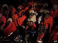 Inmigrantes ilegales procedentes de África a bordo de un barco guardacostas en Tenerife
