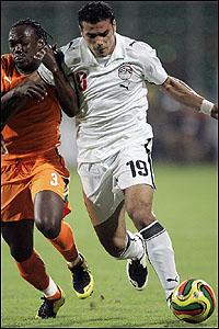 عمرو زكي في صراع على الكرة مع ارثر بوكا