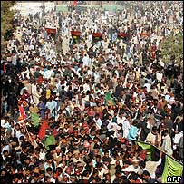 Crowds flock to the Bhutto mausoleum