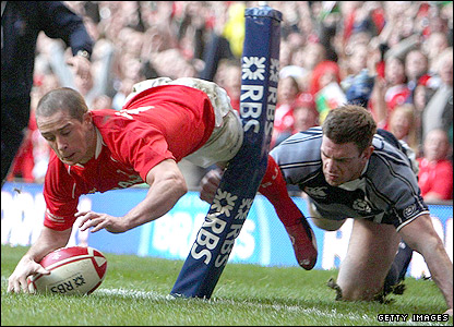 Shane Williams scores his second try in the corner