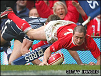 Shane Williams pips Nikki Walker to score his second try in Cardiff