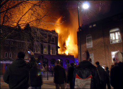 People watch Camden market blaze (Dorota Myszko)