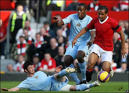 Anderson is challenged by Stephen Ireland and Nedum Onuoha