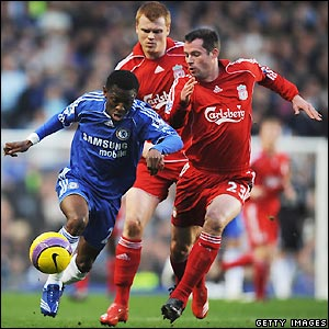Wright-Phillips looks to go round Jamie Carragher