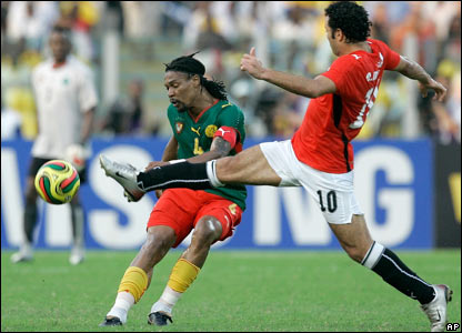 Emad Moteab closes down Rigobert Song