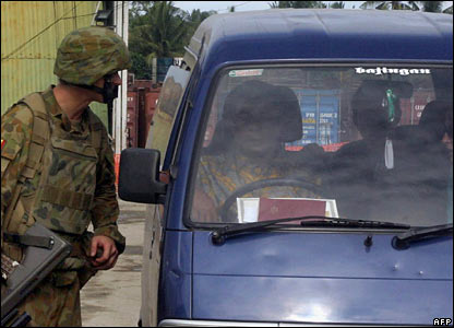 Peacekeeping troops from Australia stop a car at a checkpoint outside Dili, East Timor (11/02/2008)
