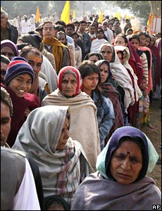 Devotees queue to pay homage to the body of Maharishi Mahesh in India (10/02/2008)