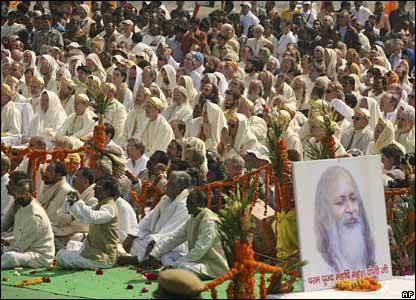 Followers look on as relatives light the funeral pyre of Maharishi Mahesh Yogi in Allahabad, India (11/02/2008)
