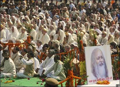 Followers look on as relatives light the funeral pyre of Maharishi Mahesh Yogi in Allahabad, India (11/02/2008)