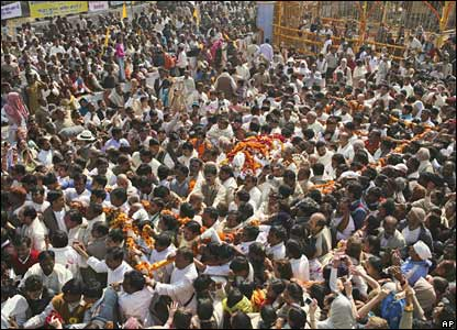 The body of Maharishi Mahesh Yogi is taken for cremation in Allahabad, India (11/02/2008)