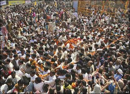 The body of Maharishi Mahesh Yogi is taken for cremation in Allahabad, India (11/02/2008)