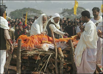 Relatives prepare to light the funeral pyre of Maharishi Mahesh Yogi in Allahabad, India (11/02/2008)