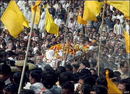 The Maharishi's body is carried through crowds in Allahabad, India (11/02/2008)