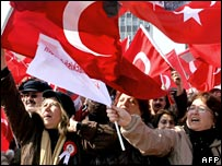 Pro-secular protestors wave national Turkish flags during an anti-government demonstration in Ankara (09/02/2008)