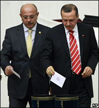 Turkish Prime Minister Recep Tayyip Erdogan (R) participates in the vote over headscarves in Turkey's universities (06/02/2008)