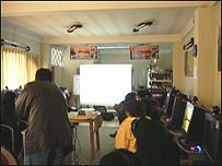 """Grupo de indígenas aymaras aprenden a """"bloggear"""". El Alto, Bolivia. Foto Ruandra Guidi"""