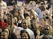 Inmigrantes juramentándose como ciudadano de EE.UU.