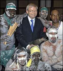 Primer ministro australiano Kevin Rudd junto a líderes aborígenes