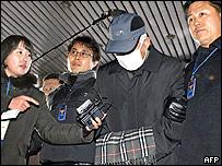 Policía presenta sospechoso a la prensa