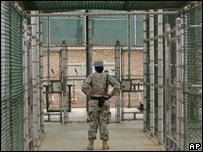 Guardia en el centro de detenciones de la base naval de Guantánamo