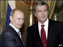 Vladimir Putin (l) and Viktor Yushchenko meet in Moscow (12 February 2008)