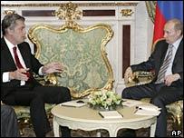 Ukrainian President Viktor Yushchenko (left) and Russian President Vladimir Putin